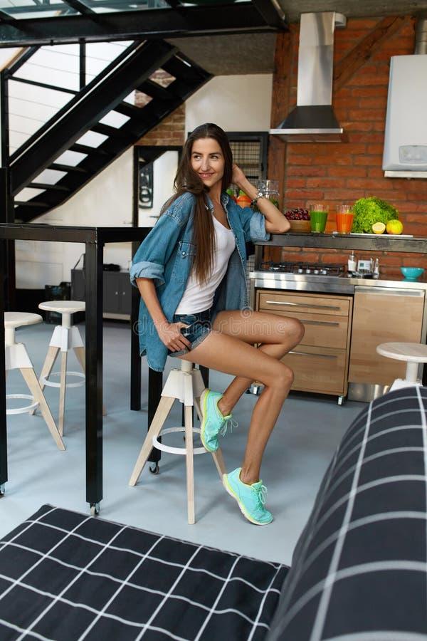 Femme en bonne santé dans la cuisine avec des Smoothies de Detox Nutrition de forme physique image stock