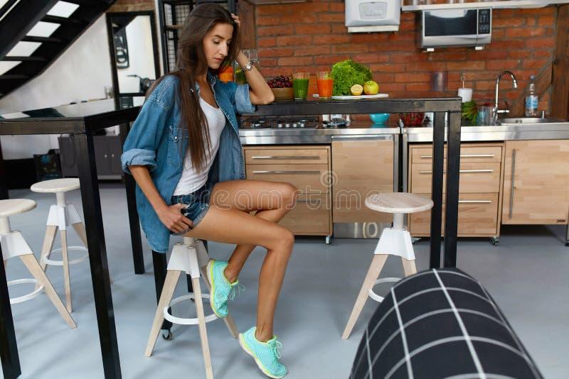 Femme en bonne santé dans la cuisine avec des Smoothies de Detox Nutrition de forme physique photographie stock