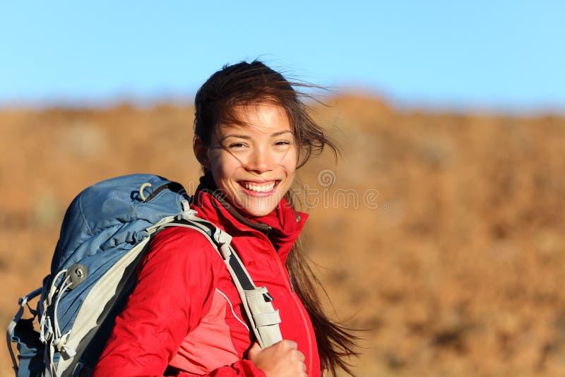 Femme en bonne santé de style de vie souriant à l'extérieur image stock