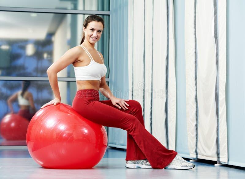 Femme En Bonne Santé Heureuse Avec La Boule De Forme Physique Image libre de droits