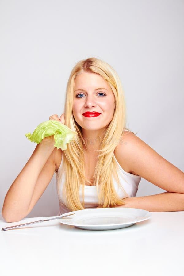 Femme en bonne santé heureux avec de la laitue photographie stock