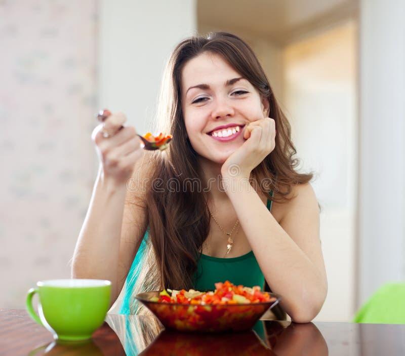 Femme en bonne santé mangeant de la salade de veggie photos libres de droits