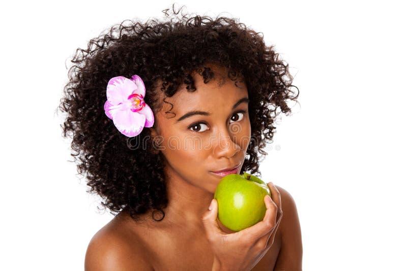Femme en bonne santé mangeant la pomme images stock