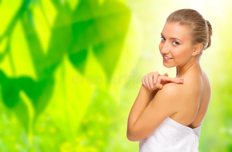 Femme en bonne santé sur le fond floral image libre de droits