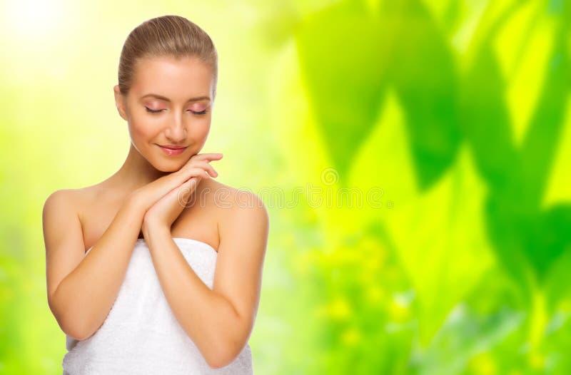 Femme en bonne santé sur le fond floral images stock