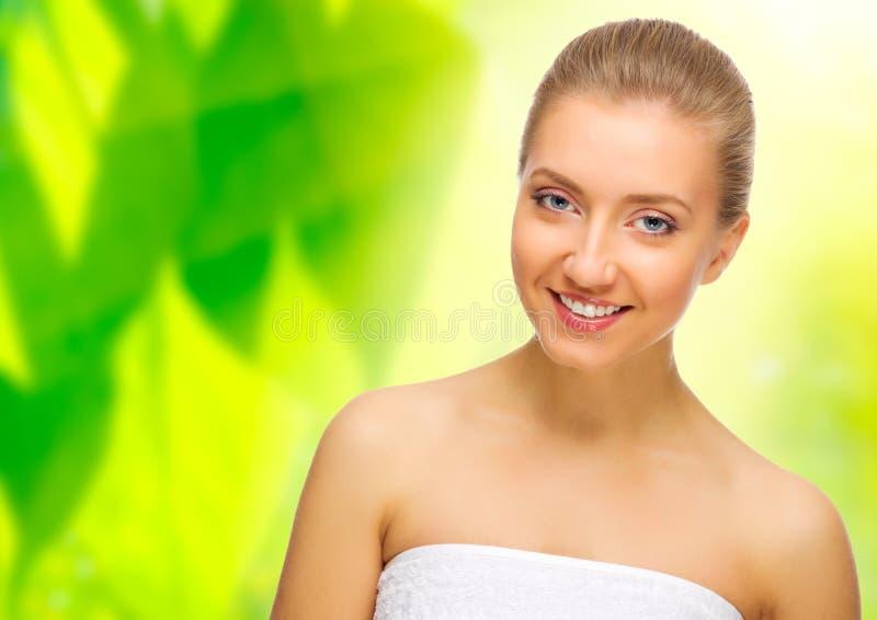 Femme en bonne santé sur le fond floral photo libre de droits