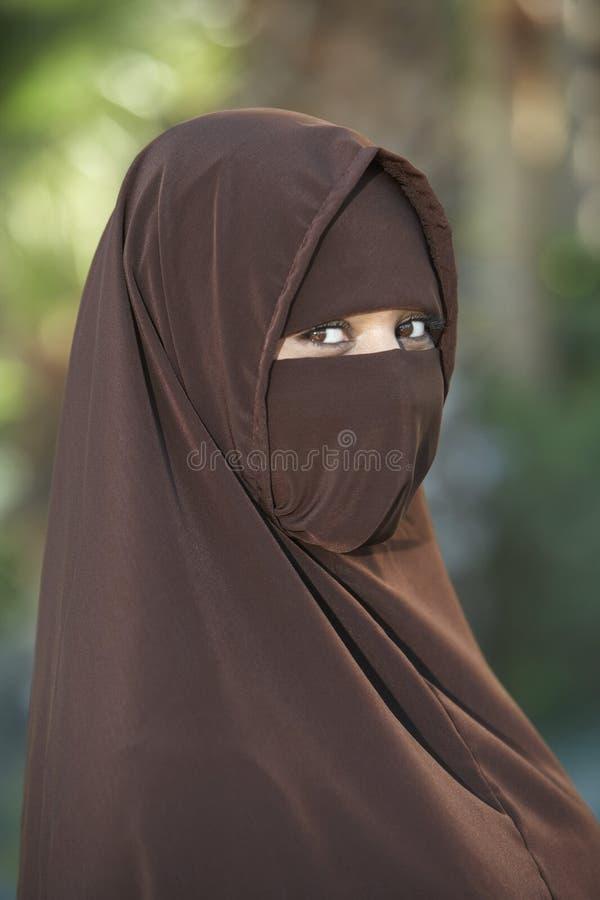 Femme en Brown Niqab images libres de droits