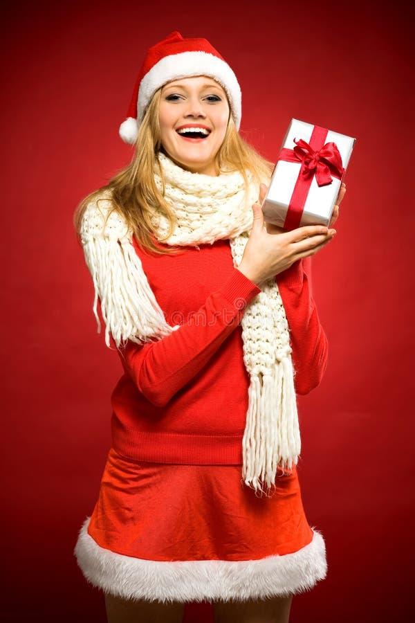 Femme en cadeau de fixation de chapeau de Santa photos stock