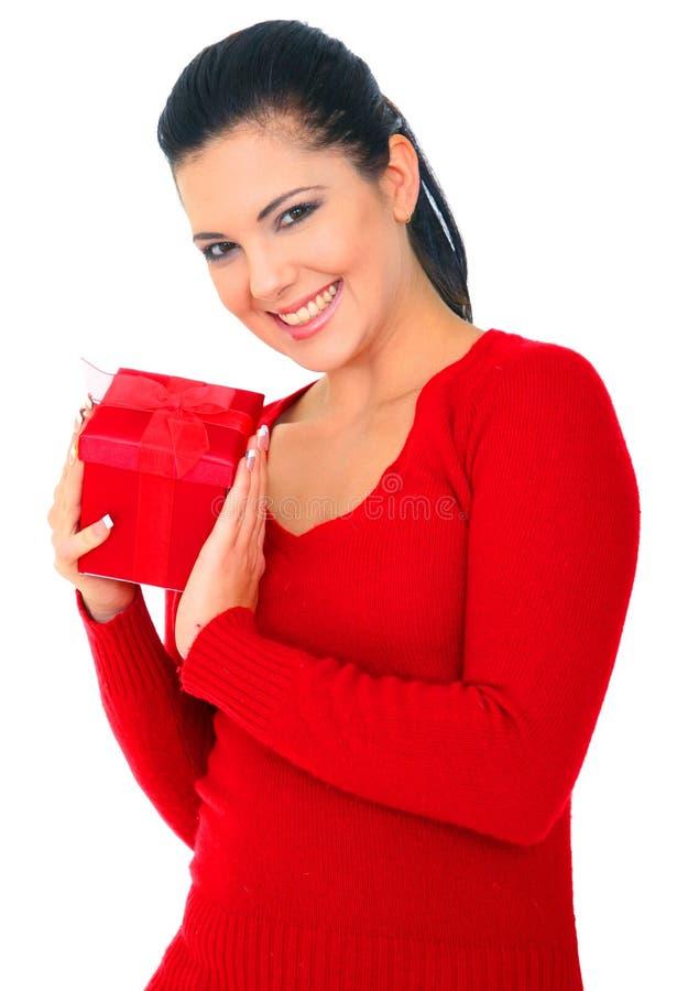 Femme en cadeau rouge de fixation images libres de droits