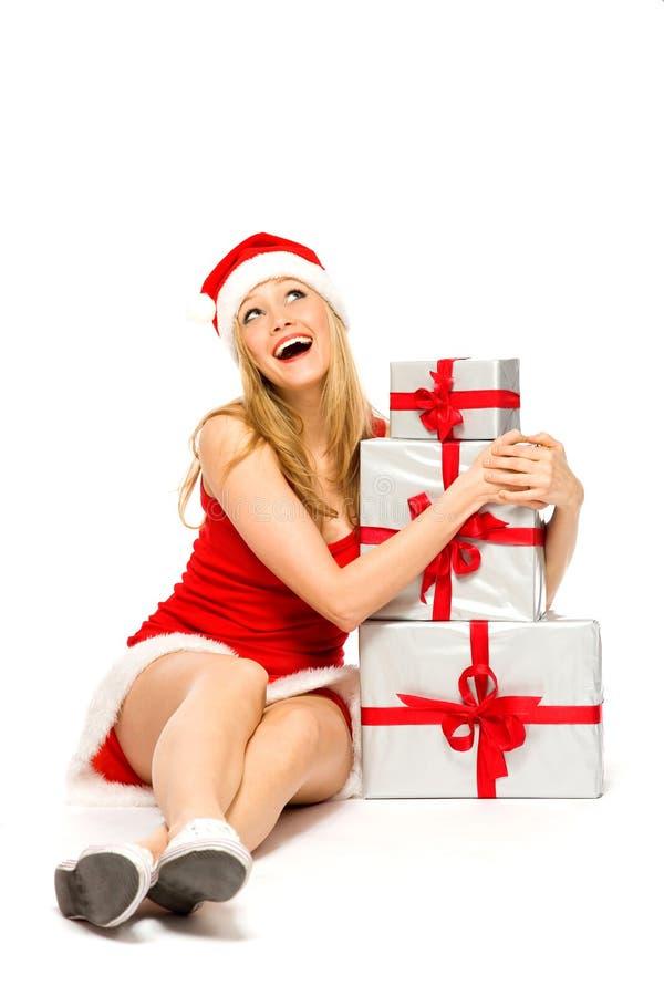 Femme en cadeaux de fixation de chapeau de Santa photos stock