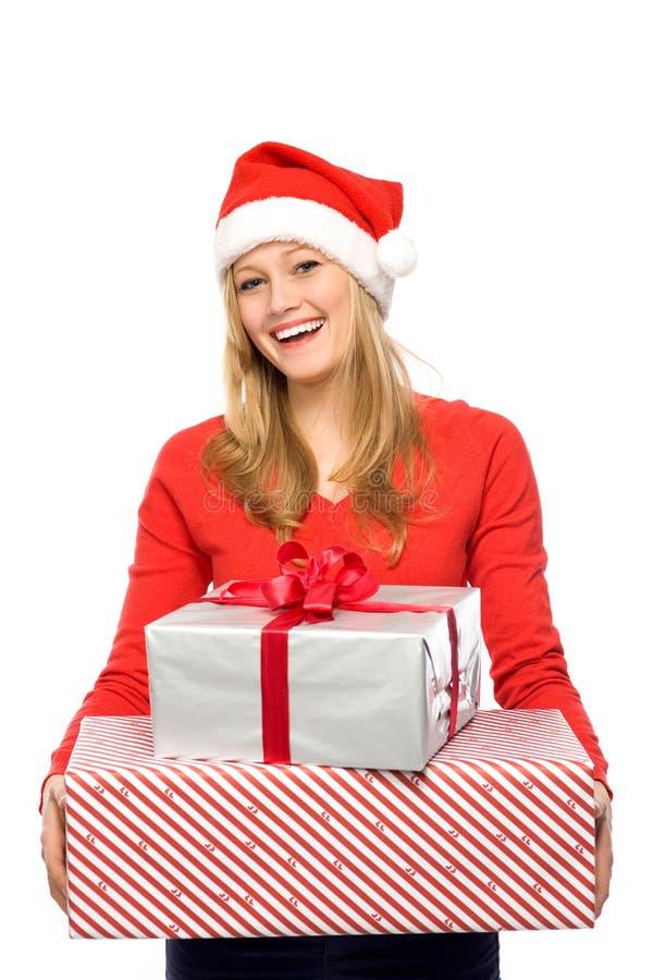 Femme en cadeaux de fixation de chapeau de Santa photographie stock libre de droits