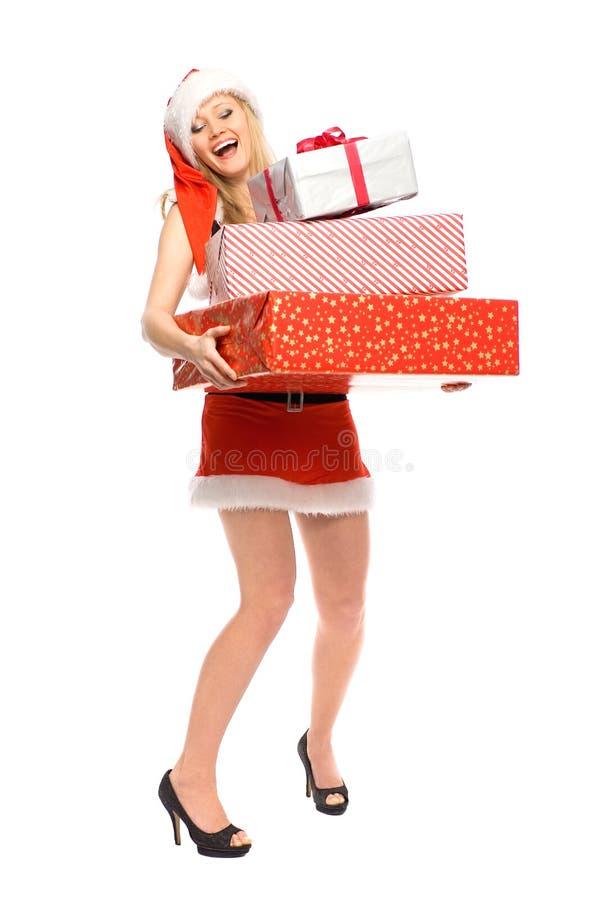 Femme en cadeaux de fixation de costume de Santa image libre de droits