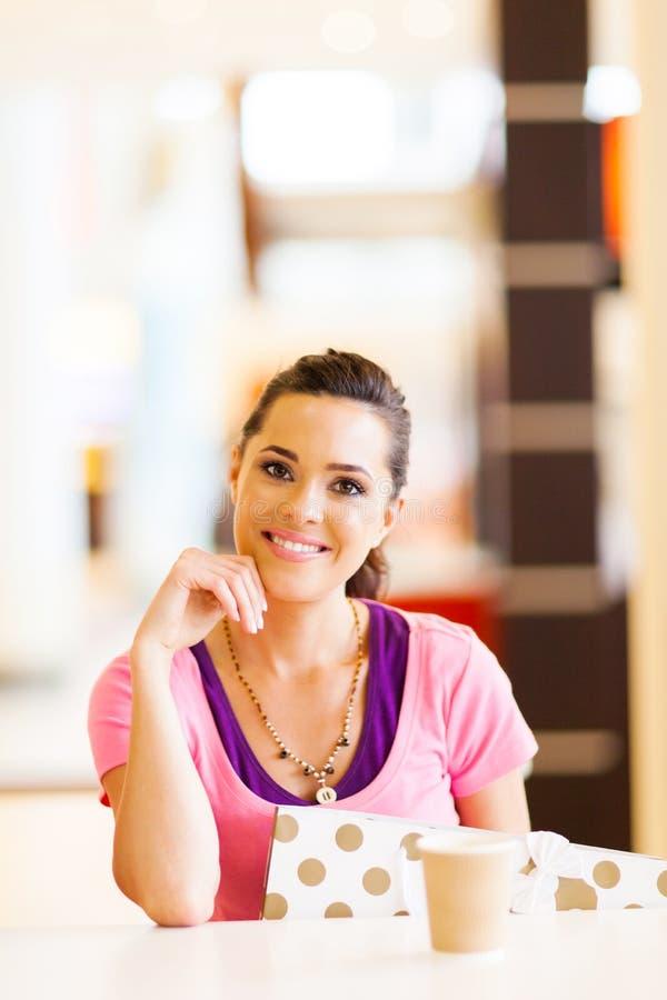 Femme en café photographie stock libre de droits