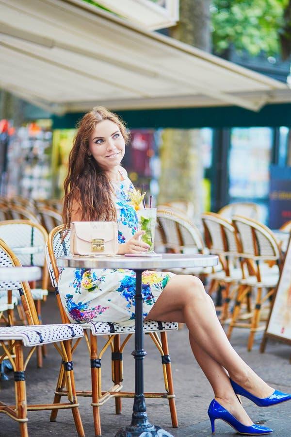 Femme en café parisien avec le cocktail un jour d'été image stock
