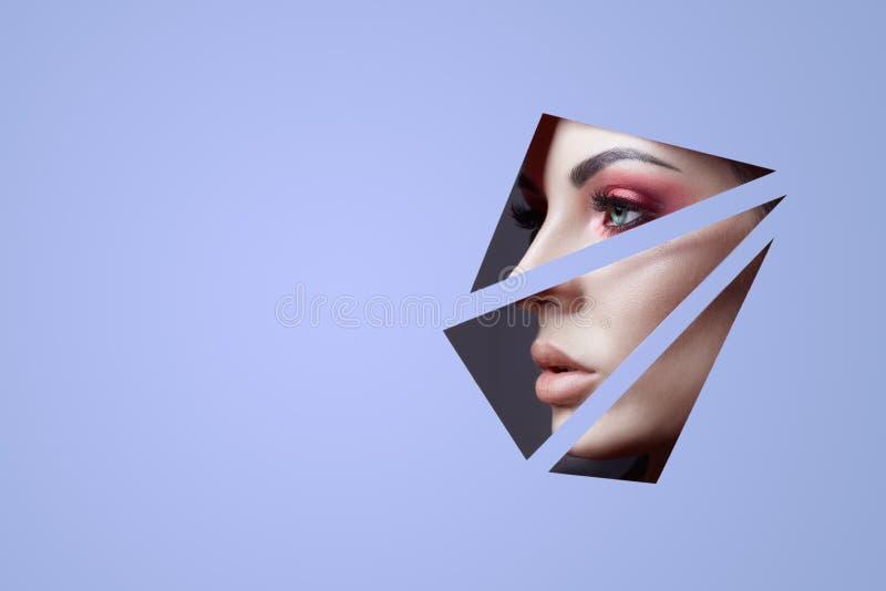 Femme en cercle rond de trou ? l'arri?re-plan pourpre, mode de nature de cosm?tiques de maquillage de beaut?, la publicit? de l'e photo libre de droits