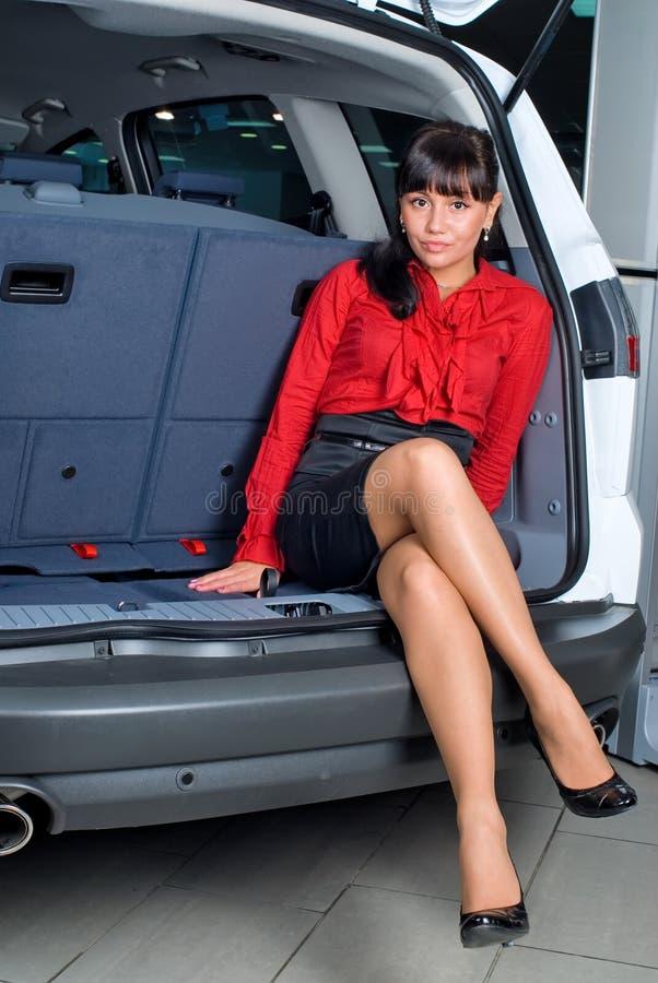 Femme En Compartiment De Bagage Images stock