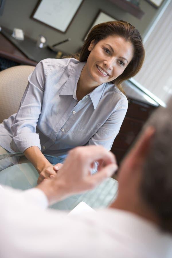 Femme en consultation à la clinique d'IVF photos stock