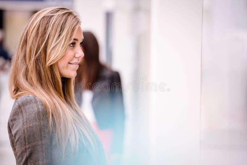 Femme en dehors d'une boutique photos stock
