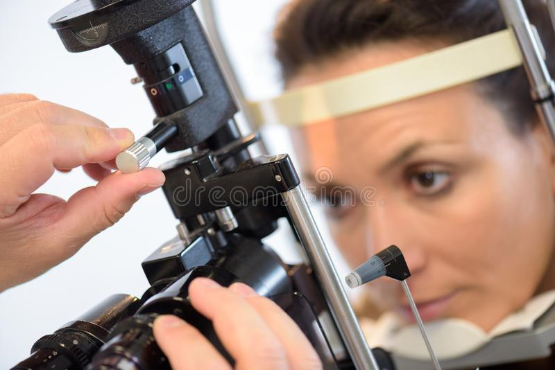 Femme en gros plan faisant examiner des yeux photos stock