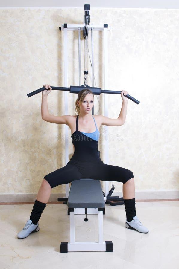 Femme en gymnastique avec le poids images libres de droits