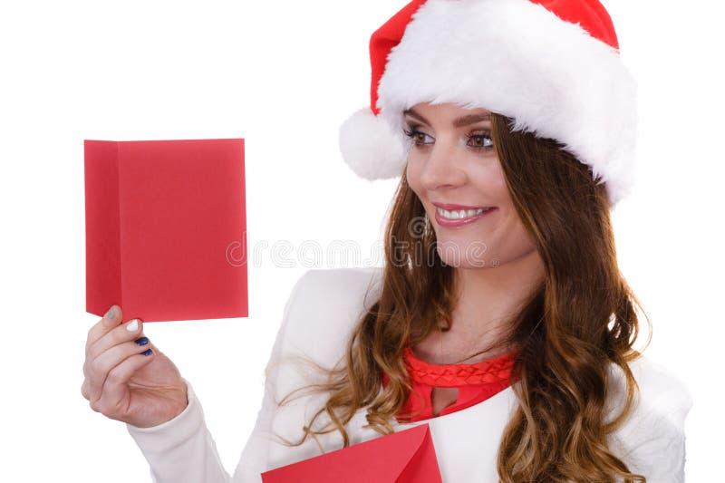 Femme en lettre de lecture de chapeau du p?re no?l images stock
