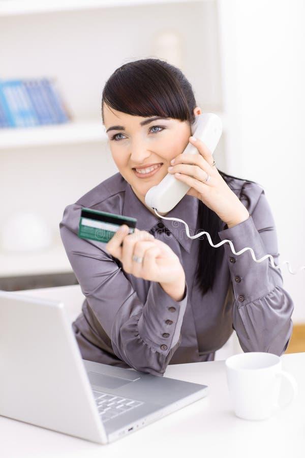 femme en ligne d'achats images stock