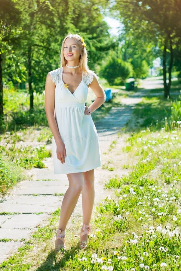 Femme en marche de robe d'été image stock