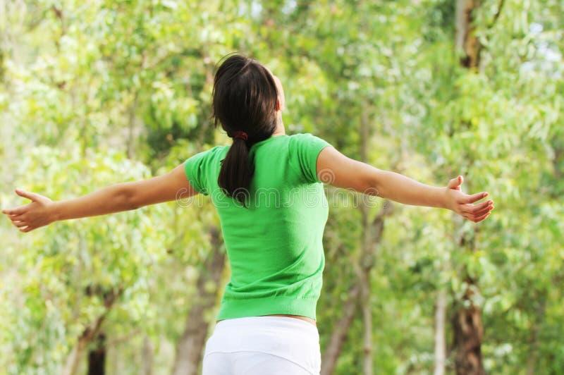 Femme en nature, vert et végétation photos stock