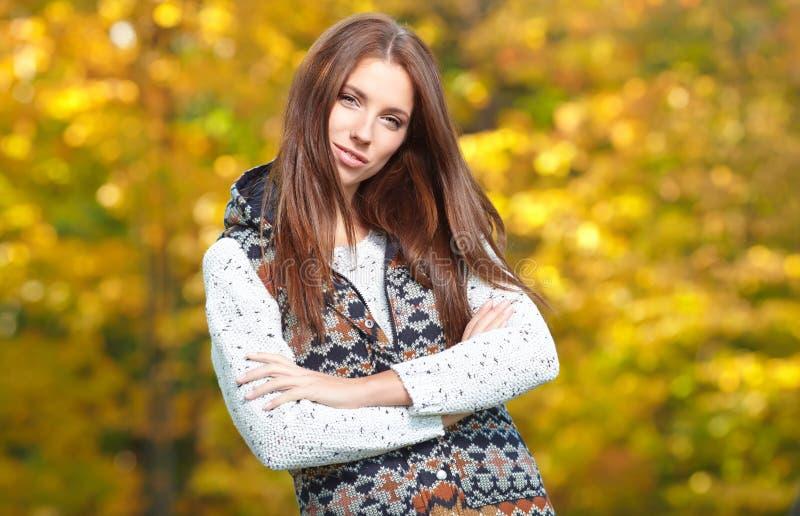 Download Femme en parc d'or image stock. Image du beauté, modèle - 45354545