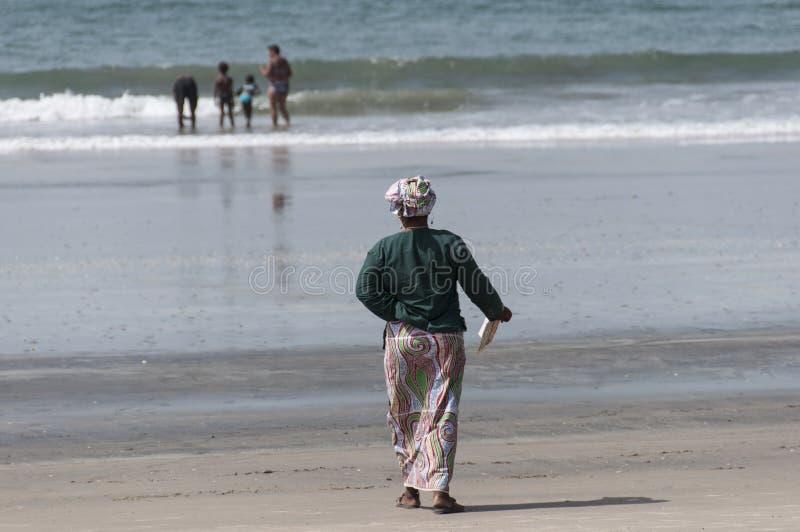 Femme en plage de Senegambia photographie stock libre de droits
