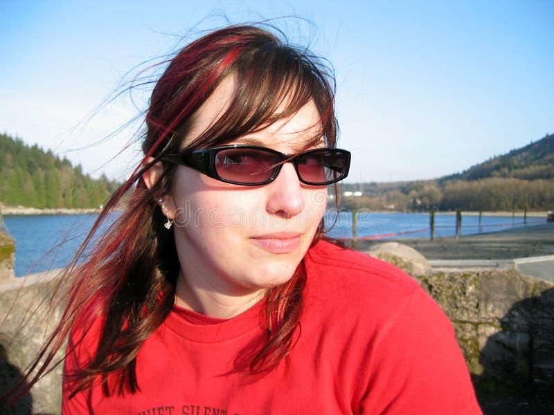 Femme en rouge par l'océan images stock