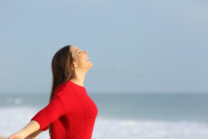 Femme en rouge respirant l'air frais images libres de droits