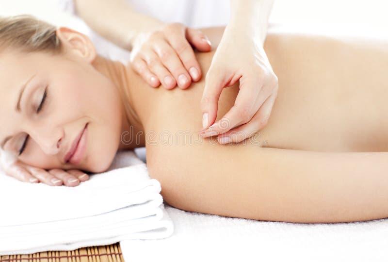 Femme en sommeil recevant une demande de règlement d'acuponcture image libre de droits