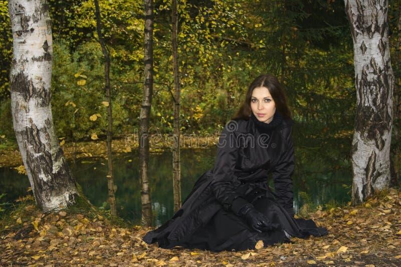 Femme en stationnement 2 d'automne photographie stock