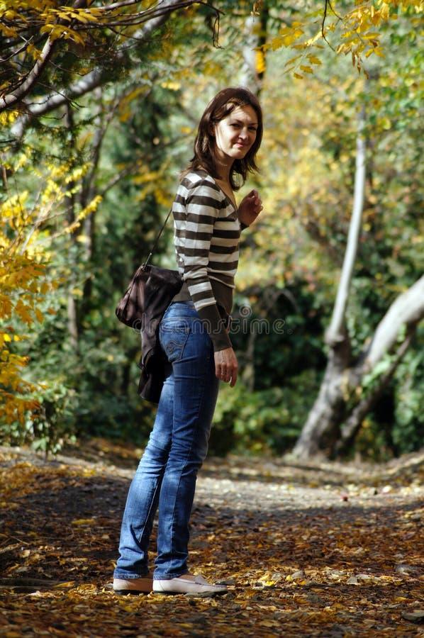 Femme en stationnement photos stock