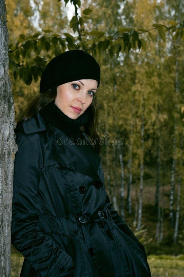 Femme en stationnement 3 d'automne photographie stock libre de droits