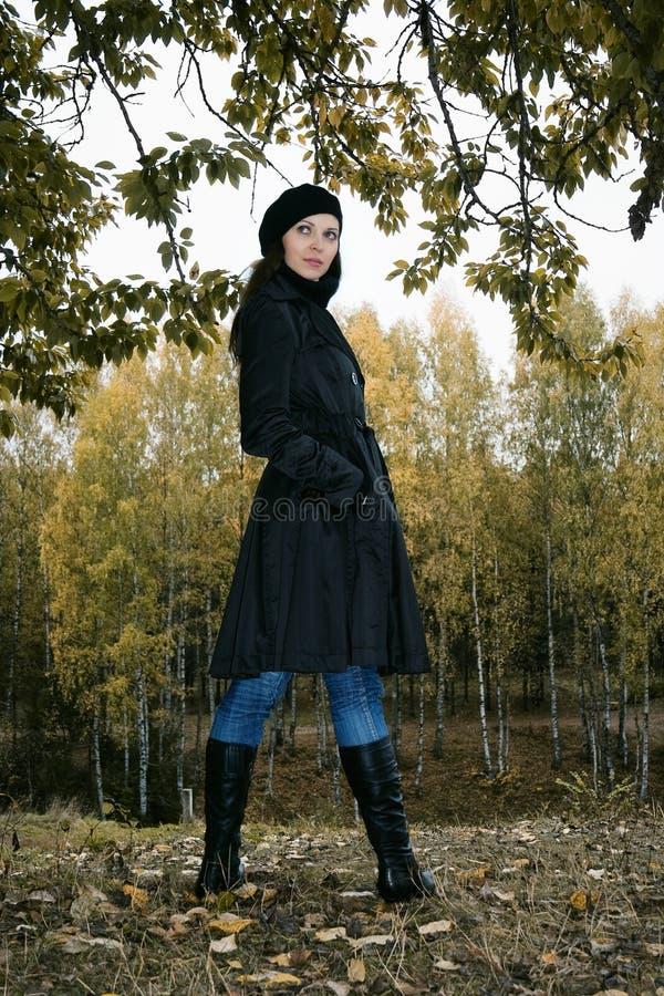 Femme en stationnement 4 d'automne photographie stock libre de droits