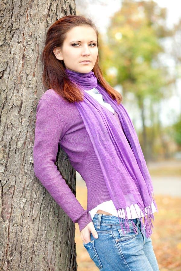 femme en stationnement d'automne photo stock