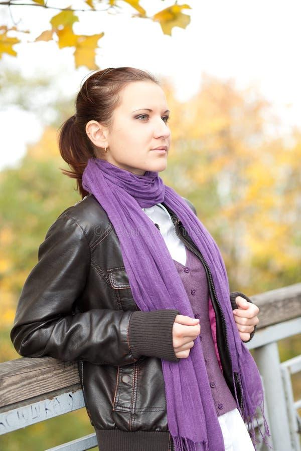 Femme en stationnement d'automne images stock