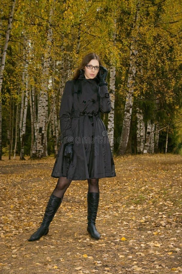 Femme en stationnement d'automne photographie stock libre de droits