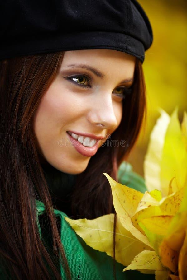 femme en stationnement d'automne retenant la lame jaune photo libre de droits