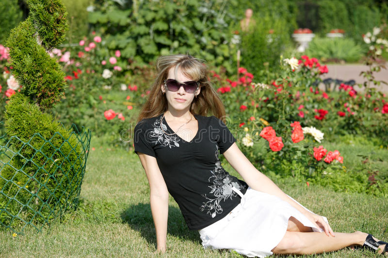 Femme en stationnement Sokolniki images stock