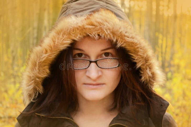 Femme en verres avec le capot de fourrure photographie stock