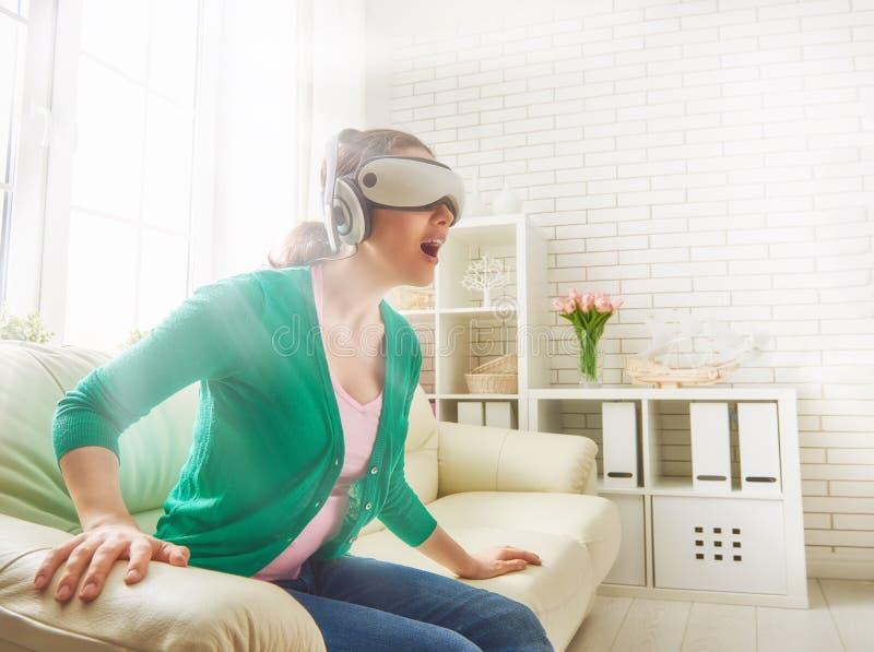 Femme en verres de réalité virtuelle image libre de droits