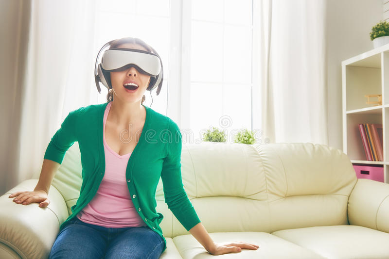 Femme en verres de réalité virtuelle photographie stock libre de droits