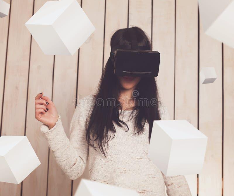 Femme en verres de VR photographie stock libre de droits