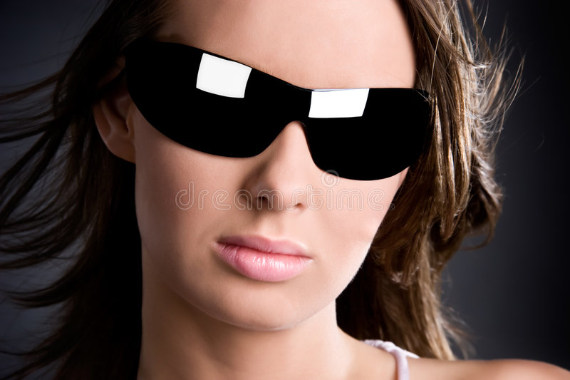 Femme en verticale de charme de lunettes de soleil images libres de droits