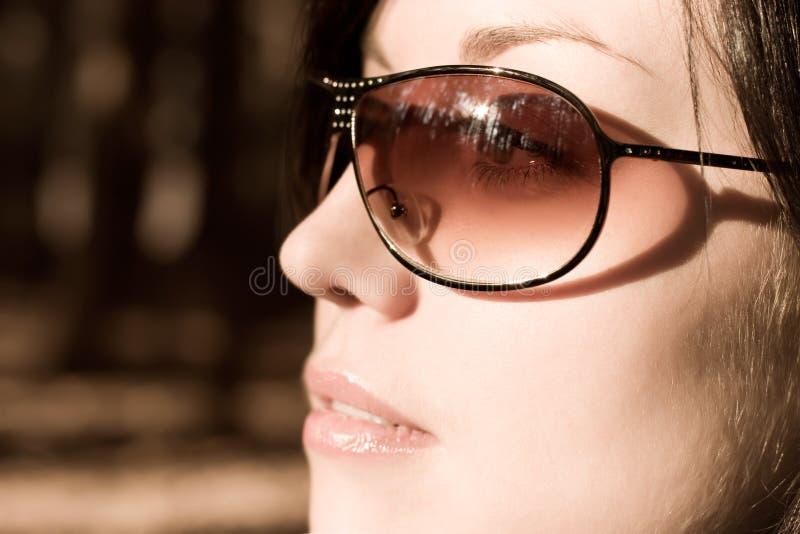 Femme en verticale de lunettes de soleil photographie stock