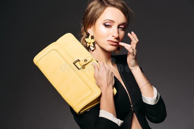 Femme enceinte à la mode avec le sac jaune image libre de droits