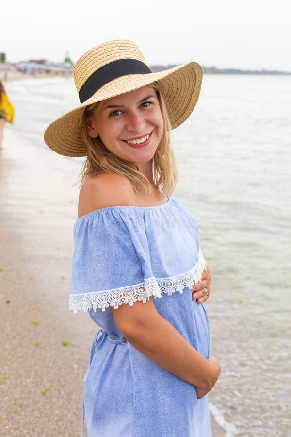 Femme enceinte au bord de la mer photographie stock